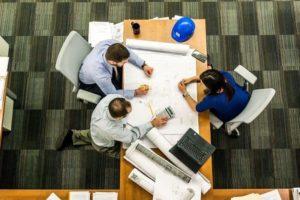 Ludzie pracujący przy stole